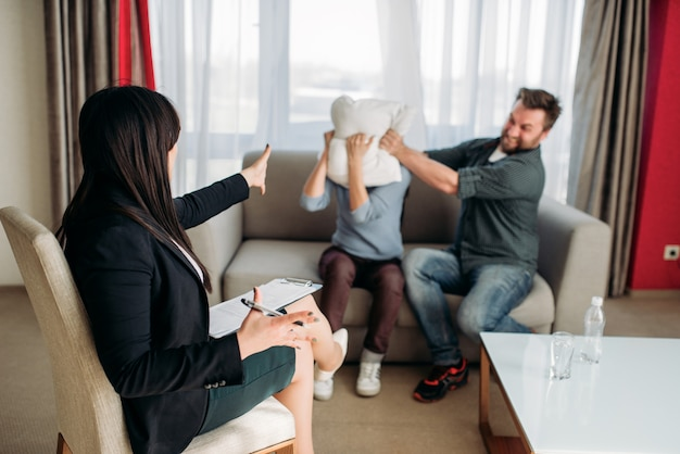 Gek stel vloekt bij de receptie van een psychotherapeut