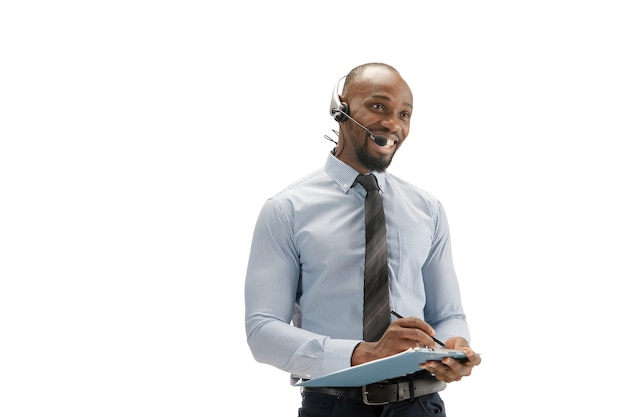 Gek van streek, gestrest. jonge afro-amerikaanse callcenteradviseur met hoofdtelefoon op witte studio.