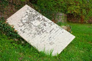 Gekanteld grafsteen hdr gevallen