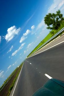 Gekantelde hoek schoot een gladde snelweg