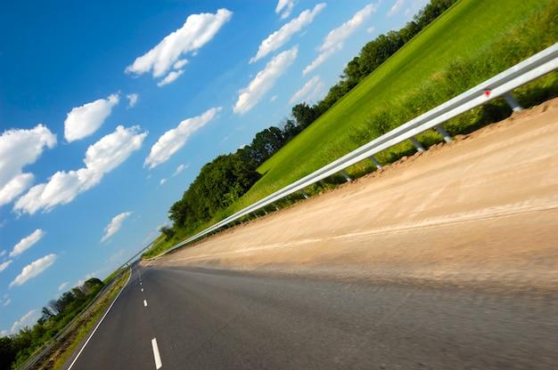 Gekantelde hoekopname is een soepele snelweg