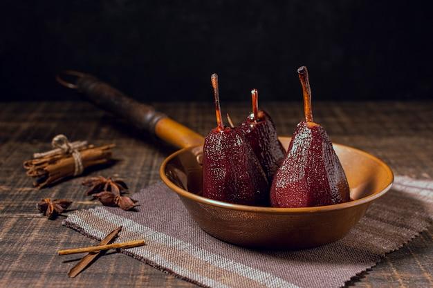 Gekarameliseerde peren in een pan