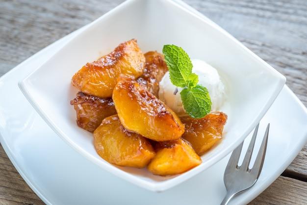 Gekarameliseerde perziken met vanille-ijs