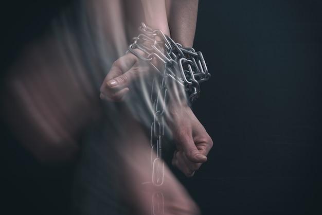 Geketende vrouwenhanden breken uit in beweging
