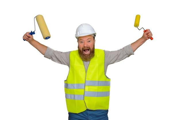 Gekke bebaarde bouwvakker die met rollen zwaait en tegelijkertijd iets schreeuwt