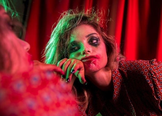 Gekke halloween-clownvrouw die zich verveelt