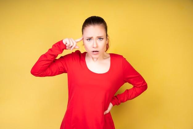 Gekke meid met koraalkleurige blouse
