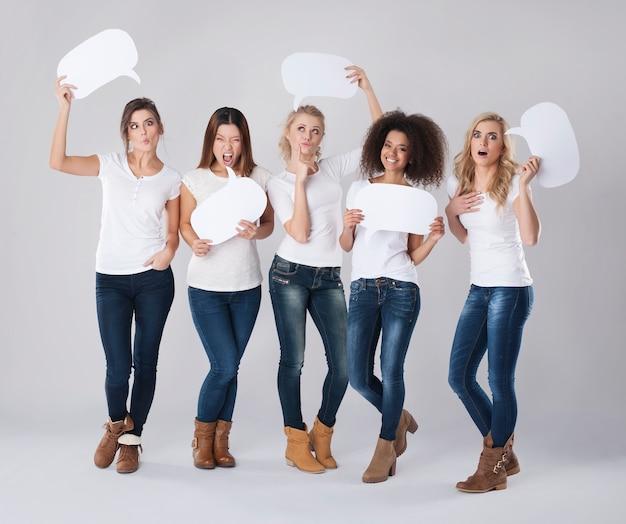Gekke meisjes die lege tekstballon houden