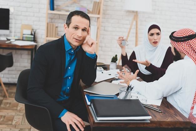 Gekke moslimfamilie betuigt geschreeuw op het makelaarskantoor.