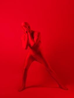 Gekke rode man op een rode achtergrondfiguur in een turnpakje dat het hele lichaam bedekt