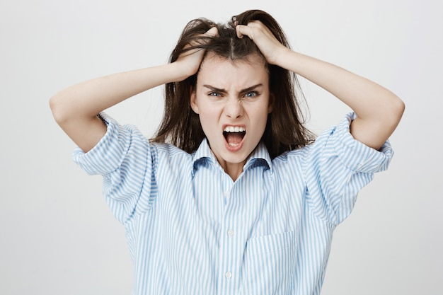 Gekke schreeuwende vrouw die bedroefd haar wierp