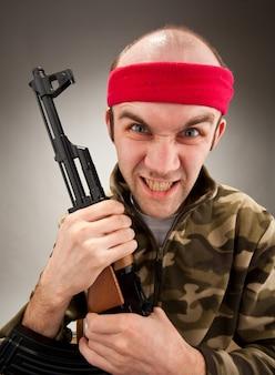 Gekke soldaat met machinegeweer
