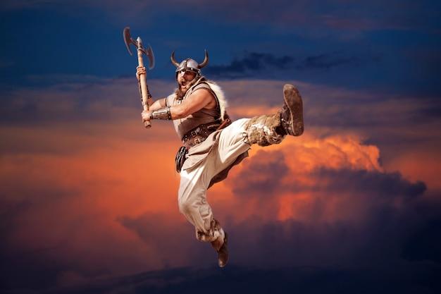 Gekke sterke viking die aanvalt vanaf de zonsondergang in de lucht