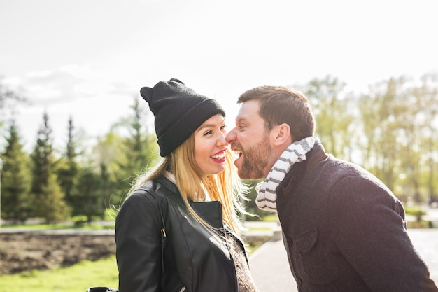 Gekke vrouw en man die tegen elkaar schreeuwen in het lentepark