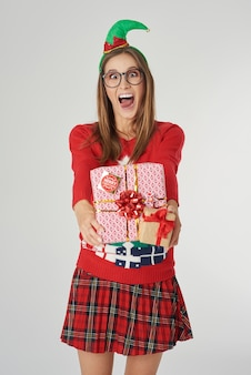 Gekke vrouw met groot kerstcadeau