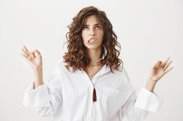 Gekke vrouw probeert te mediteren, pissig opkijkend als ze een hard geluid hoort