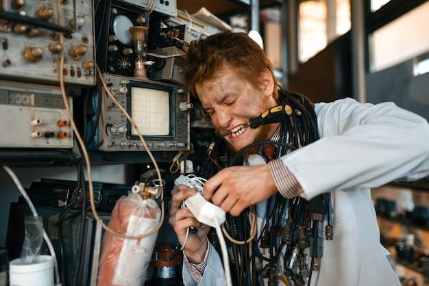 Gekke wetenschapper die een experiment in het laboratorium uitvoert
