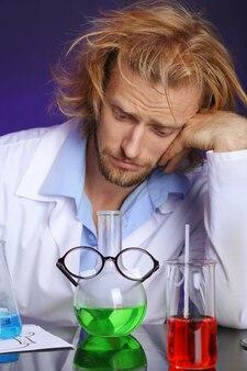 Gekke wetenschapper die in laboratorium werkt