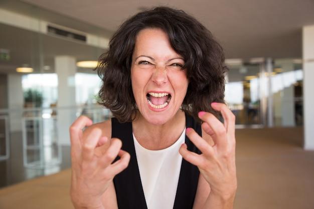 Gekke woedende vrouw die bij camera schreeuwt