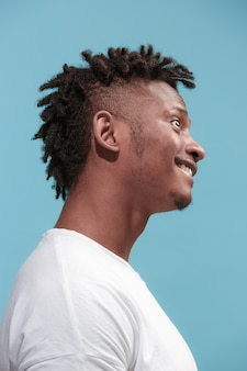 Gekke zaken afro-amerikaanse man die en rimpelgezicht blauw staat
