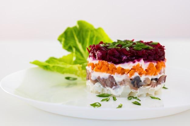 Geklede haring of haring onder een bontjas. traditionele russische salade.
