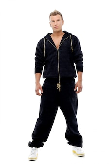 Geklede man in een pak poseren in studio