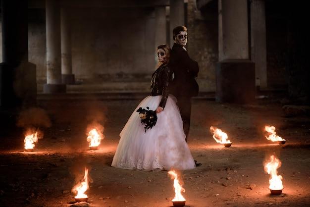 Gekleed in romantische zombiepaar van huwelijkskleren.