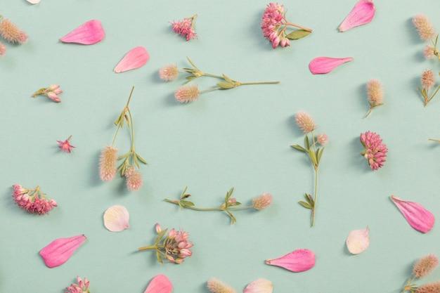 Geklets met wilde bloemen op papier achtergrond