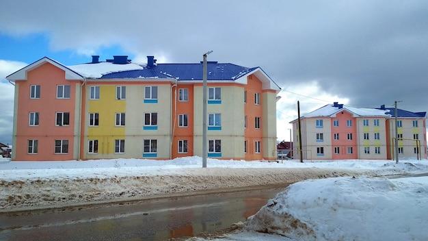 Gekleurd appartementencomplex tegen de blauwe lucht