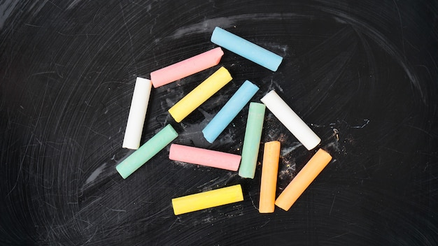 Gekleurd krijt op een schoolbord. bord met kleurpotloden