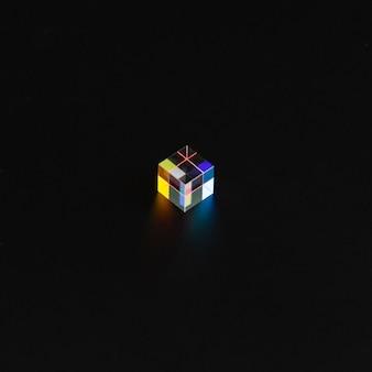 Gekleurd kubusprisma in het donker