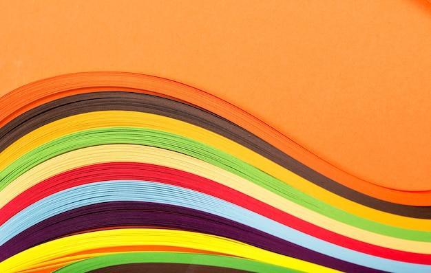 Gekleurd papier, dwarsdoorsnede, achtergrond gestapeld in wiggen.