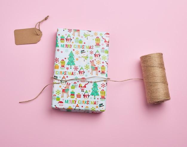Gekleurd papier gewikkeld geschenkdozen. geweldig ontwerp voor alle doeleinden