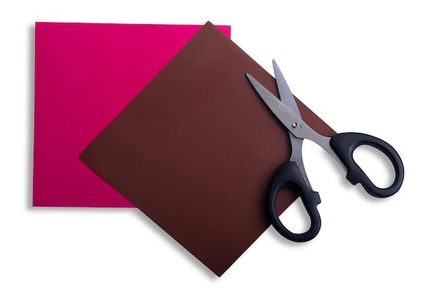 Gekleurd papier met een schaar geïsoleerd op witte achtergrond