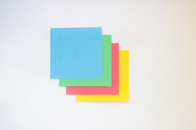 Gekleurd papier om op een witte achtergrond te schrijven