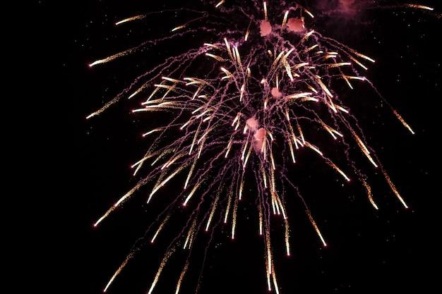 Gekleurd vuurwerk op diep zwarte hemel op vuurwerkfestival