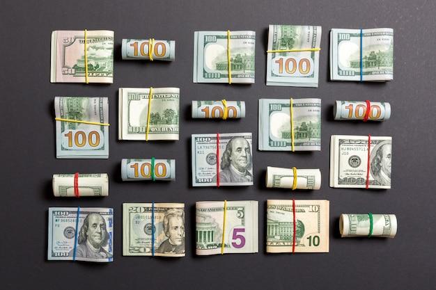 Gekleurde achtergrond met rekeningen van geld de amerikaanse honderd dollars