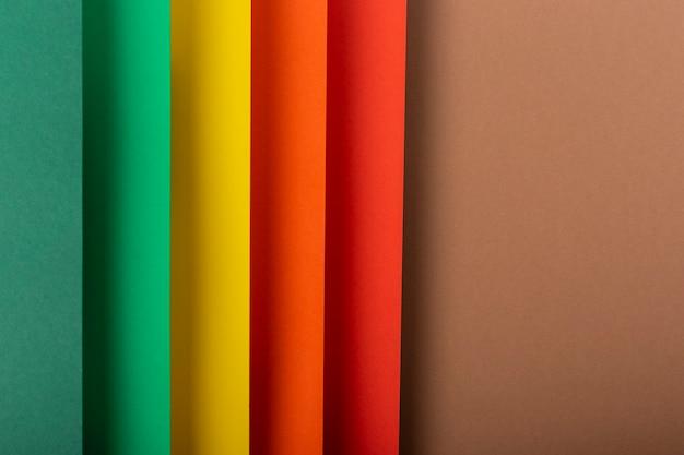 Gekleurde achtergrond verticaal van gevouwen papiermateriaal. bovenaanzicht, plat gelegd.