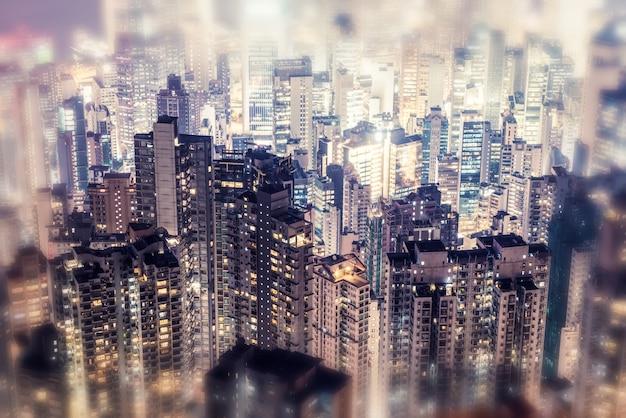 Gekleurde afbeeldingen in moderne kantoorgebouwen in het centrum van hong kong