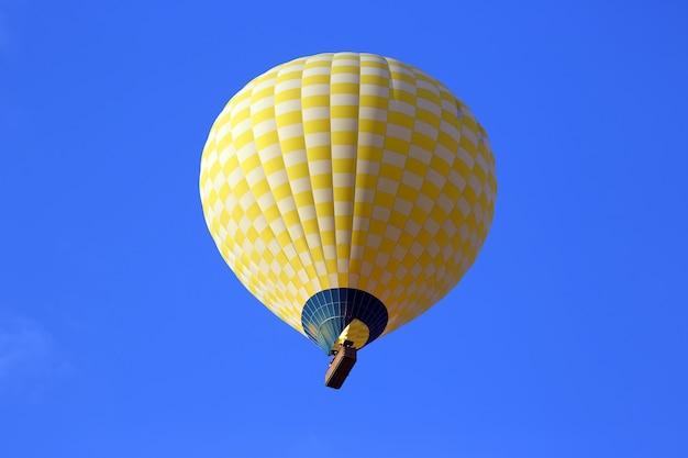 Gekleurde ballon met mensen die in de lucht vliegen in cappadocië