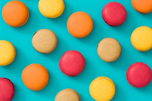 Gekleurde bitterkoekjes op blauwe achtergrond