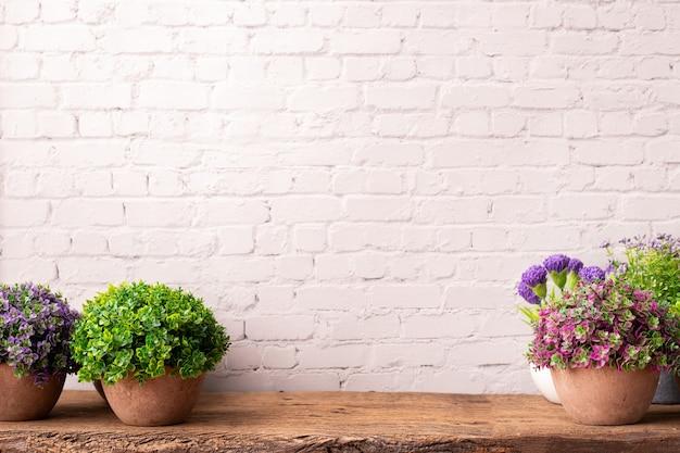 Gekleurde bloempotten op houten tafel.