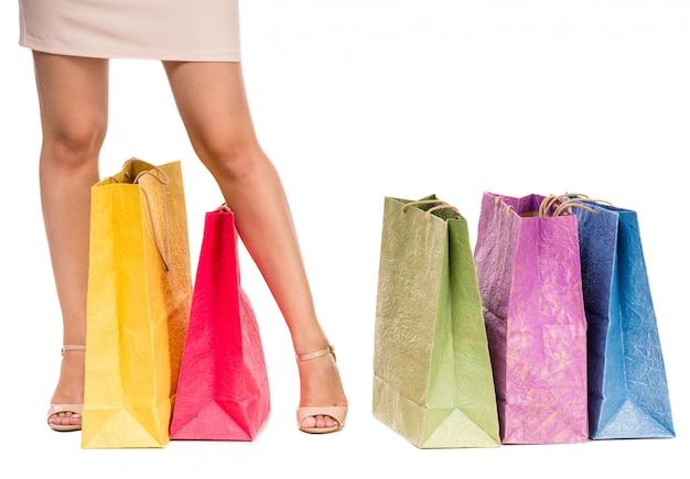 Gekleurde boodschappentassen op de vloer.