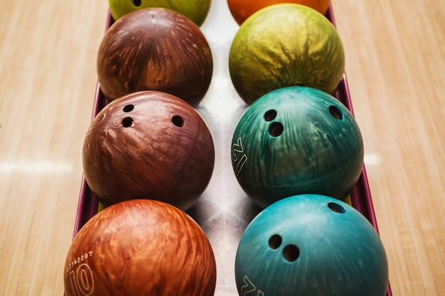 Gekleurde bowlingballen. games en entertainment met vrienden. sportuitrusting