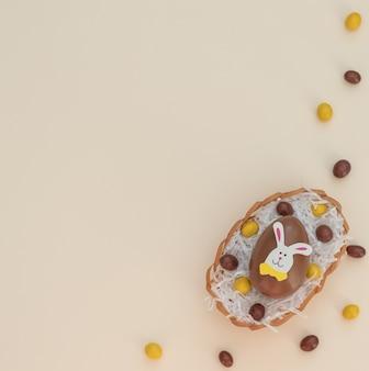 Gekleurde bruine en gele choco paaseieren in een eiermand met wit papier als een nest