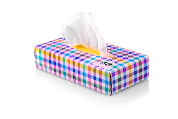 Gekleurde doos met papieren servetten op witte achtergrond