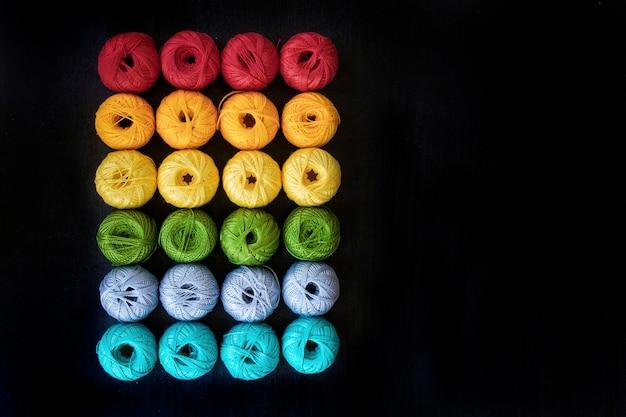Gekleurde draden voor het breien van de achtergrond