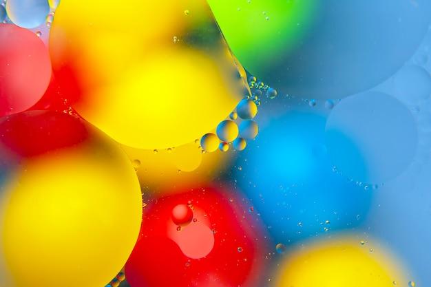 Gekleurde druppels olie vloeistof op glas. abstractie achtergrond textuur