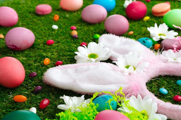 Gekleurde eieren en levendige snoepjes op gras