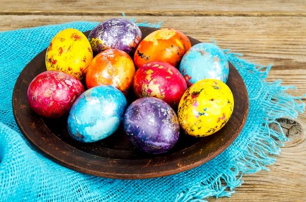 Gekleurde eieren - symbool van de viering van pasen
